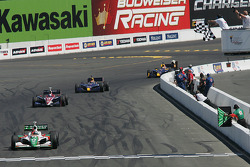 Tony Kanaan takes the checkered flag