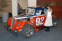 Loni Unser takes an interest in Al Unser, Jr.'s Legends car