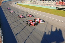 Dan Wheldon and Helio Castroneves battle for victory