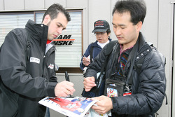 Sam Hornish Jr. signs autographs