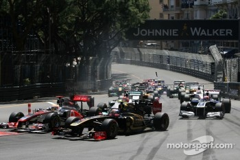 Start of the race, Jenson Button, McLaren Mercedes and Vitaly Petrov, Lotus Renalut F1 Team