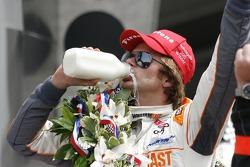 Victory circle: Dan Wheldon, Bryan Herta Autosport with Curb/Agajanian celebrates
