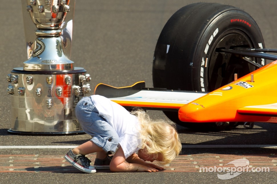 2011 Indianapolis 500, Monday winner's photoshoot, 2011-05-30: Dan Wheldon's son Sebastian kisses the yard of brick