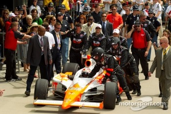 Victory circle: race winner Dan Wheldon, Bryan Herta Autosport with Curb / Agajanian enters victory circle