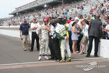Race winner Dan Wheldon, Bryan Herta Autosport with Curb / Agajanian celebrates with Tony Kanaan, KV Racing Technology-Lotus