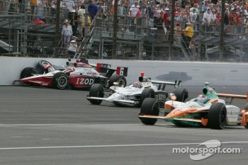 Ryan Briscoe, Team Penske, and Townsend Bell, Sam Schmidt Motorsports crash