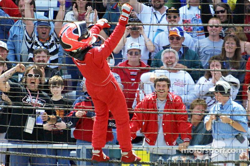 Per la prima volta appeso sulle reti di Indianapolis. motorsport.com; Ron McQueeney, 2001