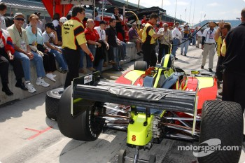 Pitlane activity before qualifying