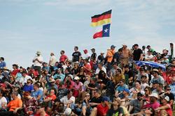 Fans mit Flaggen von Deutschland und Texas
