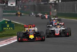 Daniel Ricciardo, Red Bull Racing RB12; Esteban Gutierrez, Haas F1 Team VF-16