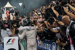 Sieger Lewis Hamilton, Mercedes AMG F1 mit Nico Rosberg, Mercedes AMG F1 im Parc Ferme