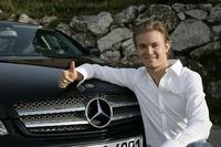 Formule 1 Foto's - Nico Rosberg, tekent voor Mercedes AMG F1, november 2009