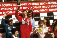 F1 Fotos - Podio: ganador de la carrera Niki Lauda, McLaren Ford; segundo lugar Keke Rosberg, Williams Ford; tercer lugar Gilles Villeneuve, Ferrari
