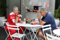 F1 图片 - Giorgio Piola with Maurizio Arrivabene, Ferrari Team Principal