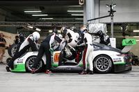 Endurance Fotos - Pit stop, #912 Manthey Racing Porsche 911 GT3 R: Frédéric Makowiecki, Richard Lietz, Michael Christensen