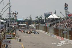 Start: Sébastien Bourdais and Paul Tracy battle for the lead