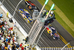 Restart: Kasey Kahne, Red Bull Racing Team Toyota leads the field