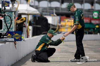 KV Racing Technology-Lotus team members prepare pitlane area