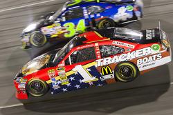Jamie McMurray, Earnhardt Ganassi Racing Chevrolet and Travis Kvapil, Front Row Motorsports Ford