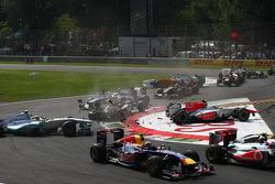 Turn 1 crash caused by Vitantonio Liuzzi, HRT F1 Team, HRT