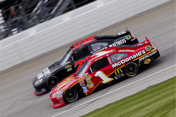 Jamie McMurray, Earnhardt Ganassi Racing Chevrolet and Regan Smith, Furniture Row Racing Chevrolet