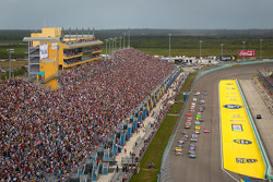 Start: Carl Edwards, Roush Fenway Racing Ford and Martin Truex Jr., Michael Waltrip Racing Toyota lead the field