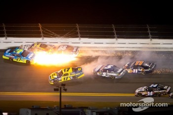 Paul Menard, Richard Childress Racing Chevrolet, David Ragan, Front Row Motorsports Ford and Michael Waltrip, Michael Waltrip Racing Toyota crash