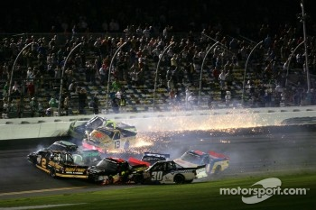 Johnny Sauter, ThorSport Racing Toyota and Matt Crafton, ThorSport Racing Toyota crash