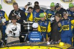 Victory lane: race winner Matt Kenseth, Roush Fenway Racing Ford congratulated by Carl Edwards, Roush Fenway Racing Ford