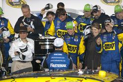 Victory lane: race winner Matt Kenseth, Roush Fenway Racing Ford congratulated by Carl Edwards, Roush Fenway Racing Ford