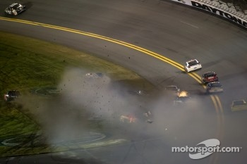 Jamie McMurray, Earnhardt Ganassi Racing Chevrolet, Regan Smith, Furniture Row Racing Chevrolet, Brad Keselowski, Penske Racing Dodge and Kasey Kahne, Hendrick Motorsports Chevrolet crash