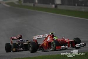 Felipe Massa, Scuderia Ferrari leads Daniel Ricciardo, Scuderia Toro Rosso