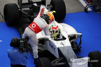 Third placed Lewis Hamilton, McLaren congratulates second placed Sergio Perez, Sauber in parc ferme