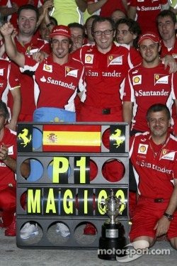 Race winner Fernando Alonso, Scuderia Ferrari celebrates with the team