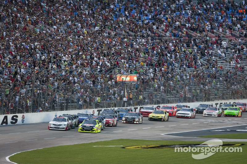 Start: Paul Menard, Richard Childress Racing Chevrolet and Denny Hamlin, Joe Gibbs Racing Toyota lead the field