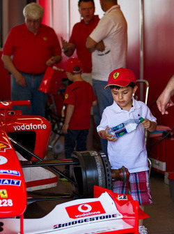 Children inspect the F1 Clienti