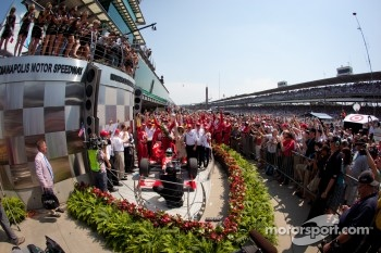 Victory circle: race winner Dario Franchitti, Target Chip Ganassi Racing Honda celebrates with wife Ashley, Chip Ganassi and his team