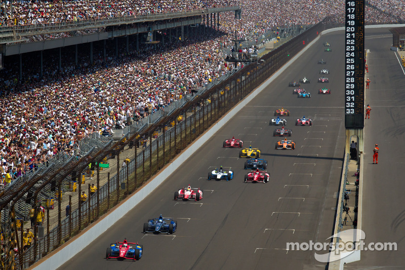 Graham Rahal, Service Central Chip Ganassi Racing Honda leads a group of cars