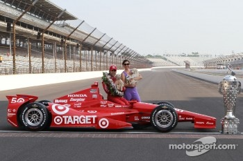 Winners photoshoot: Dario Franchitti, Target Chip Ganassi Racing Honda with Ashley Judd
