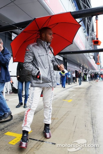 Lewis Hamilton, McLaren with his umbrella in the pits