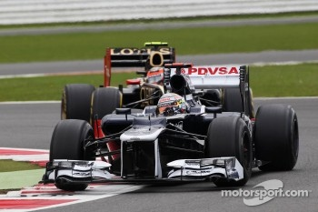 Pastor Maldonado, Williams leads Romain Grosjean, Lotus F1