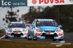 James Nash, Ford Focus S2000 TC, Team Aon leads Tom Chilton, Ford Focus S2000 TC, Team Aon