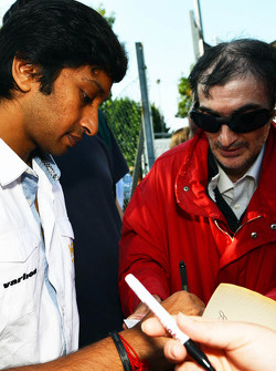 Narain Karthikeyan, Hispania Racing F1 Team, signs autographs for the fans