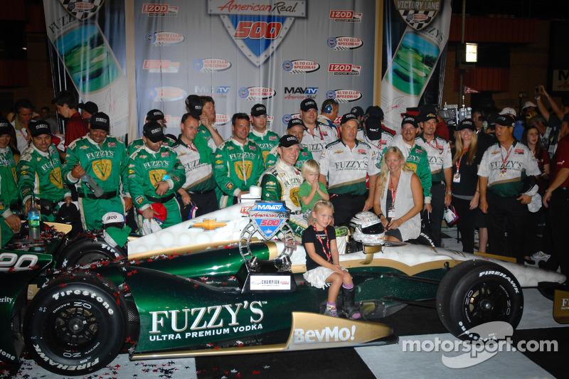 Victory lane: race winner Ed Carpenter, Ed Carpenter Racing Chevrolet celebrates with this team