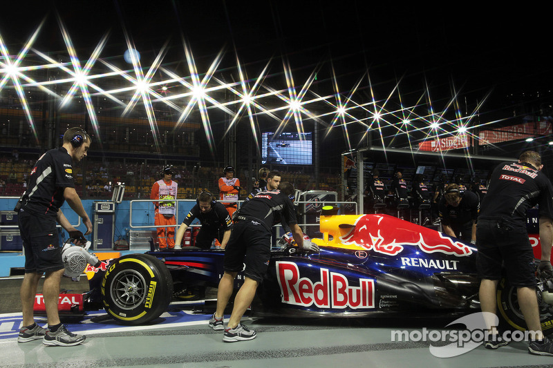 Mark Webber, Red Bull Racing pushed back in the pits
