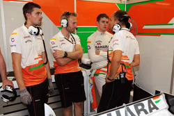 Gianpiero Lambiase, Sahara Force India F1 Engineer and Paul di Resta, Sahara Force India F1 with Sahara Force India F1 Team mechanics