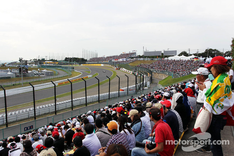 Fans watch Kamui Kobayashi, Sauber