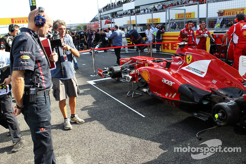 Adrian Newey, Red Bull Racing Chief Technical Officer looks at the Ferrari of Fernando Alonso, Ferrari on the grid