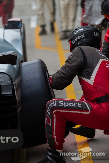 Audi pit crew changing tires
