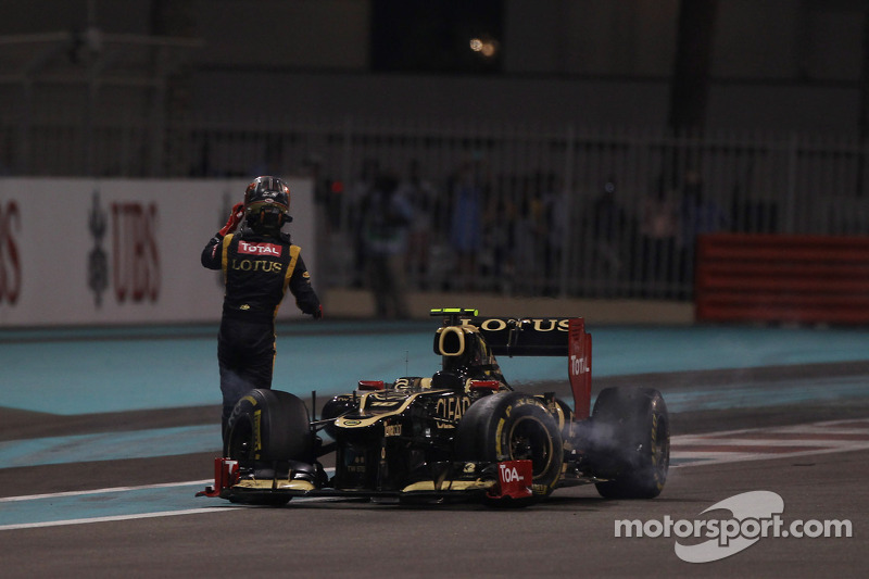 Romain Grosjean, Lotus Renault F1 Team crashes out of the race
